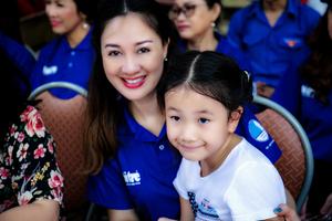 Hoa hậu Đàm Lưu Ly đưa con gái đi làm thiện nguyện