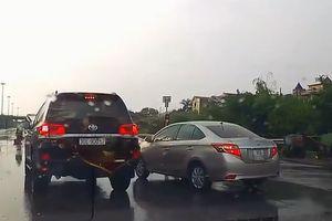 Hai xế hộp chèn ép nhau trên tuyến phố Hà Nội