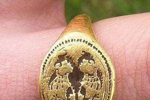 Vô tình tìm được nhẫn vàng cổ đáng giá cả một gia tài