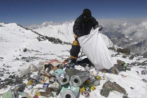 Một người chinh phục Everest sẽ để lại 27 kg phân, ai là người dọn dẹp chúng?
