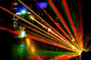 Nông dân dùng ánh sáng laser đuổi chim khỏi trang trại vụ mùa