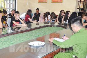 Tổ chức đầy tháng cho con bằng 'tiệc ma túy' tại quán karaoke