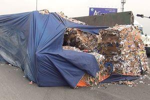 Lật xe đầu kéo, nhiều tấn giấy vụn đổ ra đường dẫn cao tốc