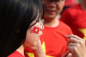 Fan nữ cổ vũ Olympic Việt Nam trận ra quân tại ASIAD