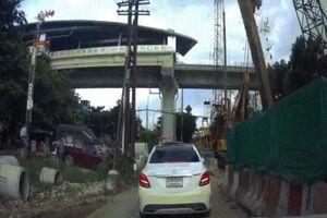 Rợn người cảnh cột thép 4 tấn đè bẹp đầu xe Mercedes của cô gái Thái