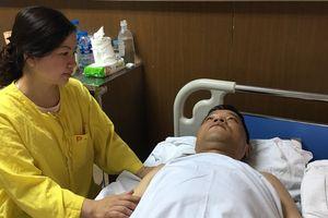 Chiến sĩ cảnh sát cơ động bị thiếu nữ đâm gãy chân đã được phẫu thuật