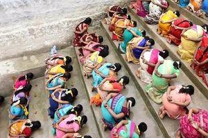 Hàng trăm phụ nữ ăn cơm trộn cát cầu thần ban con ở Ấn Độ