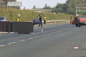 Động tay chân sau khi đụng xe ở Mỹ, 2 tài xế thiệt mạng
