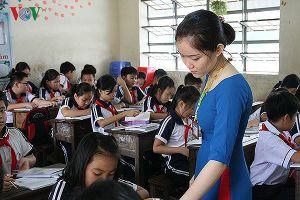 Giáo viên dạy học thế nào khi sĩ số lớp học suýt trăm em?