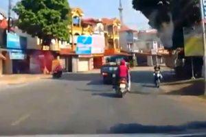 Xe tải vừa xi-nhan 1 giây đã rẽ, xe máy lách qua tài tình như phim