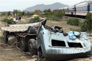 Ninh Thuận: Hiện trường vụ tàu hỏa tông nát xe tải, tuyến đường sắt tê liệt