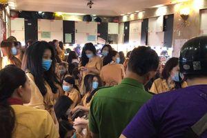 Nhiều nữ tiếp viên ăn mặc hở hang, ôm ấp khách trong nhà hàng tại TP.HCM