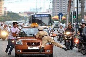 Hà Nội: Cô gái 15 tuổi đâm gãy chân cảnh sát cơ động có phải chịu trách nhiệm hình sự?