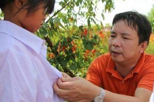 Áo trắng đến tay học sinh điểm trường lẻ Lào Cai trước năm học mới