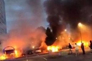 Đeo mặt nạ, đốt hàng trăm chiếc xe hơi trong một đêm