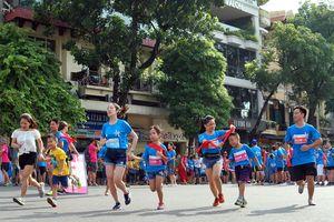 Hàng trăm gia đình tham gia Giải chạy MB Ageas Life Family Ekiden