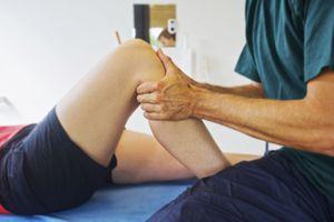 Vì sao ngồi điều hòa thường xuyên gây đau khớp gối?