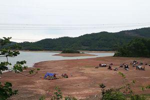 Sau buổi làm cỏ đồng, hai chị em gái được phát hiện chết đuối dưới hồ