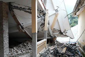Trường học 2 tầng bất ngờ đổ sập khi đang sửa chữa