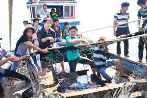 Rác và tin đồn gây hoang mang cho người dân ở cửa biển Sa Huỳnh