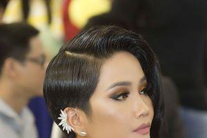 Hoa hậu H'hen Niê gây chú ý với mái tóc 'nửa dài - nửa ngắn' khác lạ