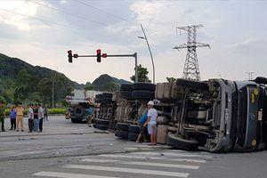 Ninh Bình: Va chạm với xe máy, xe bồn 'phơi bụng' trên đường