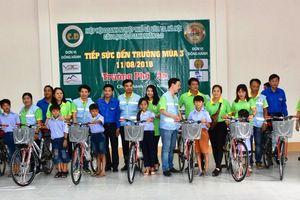 Trao quà cho học sinh có hoàn cảnh khó khăn tại huyện Châu Thành (Hậu Giang)