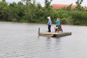 Chưa có cầu, dân Khánh Hòa phải đi bè nổi qua sông