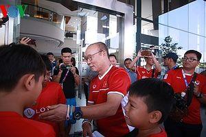 HLV Park Hang Seo ân cần ký tặng CĐV nhí của Olympic Việt Nam