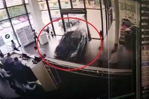 Clip: Lái thử BMW khi đi mua xe, nữ tài xế đạp nhầm chân ga, phá tan cửa hàng
