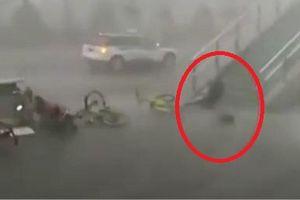 Clip: Cuồng phong thổi bay người đi bộ trên cầu vượt