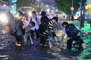Lo ảnh hưởng bão số 4, trường học Hà Nội lùi giờ, cho học sinh nghỉ học