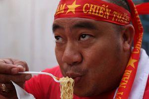 Diễn viên Hiếu Hiền ăn mỳ tôm, tiếp lửa cho Olympic Việt Nam
