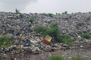 'Núi rác' quá tải bốc mùi hôi thối, gây ô nhiễm nghiêm trọng
