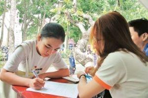 Thanh niên tình nguyện hỗ trợ sinh viên mới