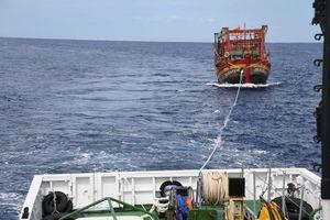 Cứu hộ tàu cá và 8 ngư dân bị nạn trên biển