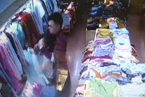 Đôi tình nhân đâm liên tiếp nhân viên shop quần áo bị khởi tố