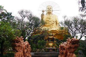 Chiêm bái tượng 'Phật Thích Ca niêm hoa vi tiếu' ánh vàng trên cao nguyên