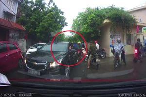 Lấn làn giữa lúc ùn tắc, nữ tài xế còn lớn tiếng ép xe đi đúng nhường đường