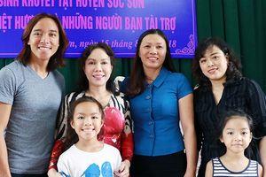Việt Hương rạng rỡ cùng chồng con đi từ thiện, tặng áo ấm cho trẻ khuyết tật