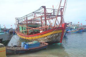 Một tàu cá ngư dân bị nạn trên biển được lai dắt vào bờ an toàn
