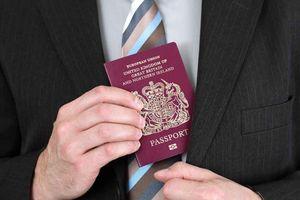 Ngôi làng nào được in hình trên hộ chiếu nước Anh?