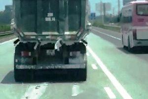 CSGT mời chủ xe 'rải thảm' bùn bẩn nhiều km trên cao tốc lên làm việc
