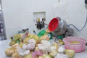 Sản xuất chả lụa cạnh nhà vệ sinh