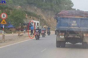 Quảng Bình: Thanh tra giao thông 'quay lưng', mặc xe quả tải lộng hành