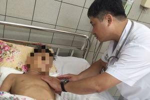 Bé 10 tuổi nguy kịch vì đắp lá thuốc trị rắn hổ mang cắn