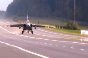 Khoảnh khắc chiến cơ Nga ồ ạt hạ cánh xuống đường ô tô như thời chiến