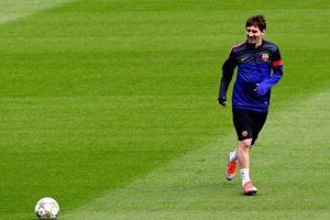 Messi 'gây bão mạng' vì xỏ háng phóng viên truyền hình trên sân tập