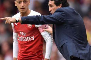 Trước 'đại chiến' với Chelsea, HLV Emery cảnh báo Ozil