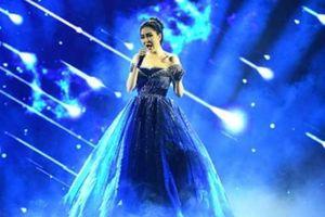 8 Hoa hậu Việt Nam hội tụ, Nguyễn Thị Huyền hát tiếng Anh tuyệt đỉnh